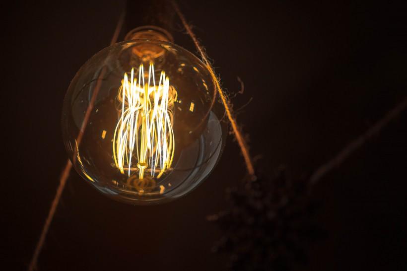 点击大图看下一张:点亮的灯泡图片