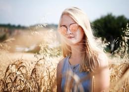 戴太阳镜的女模特图片_10张