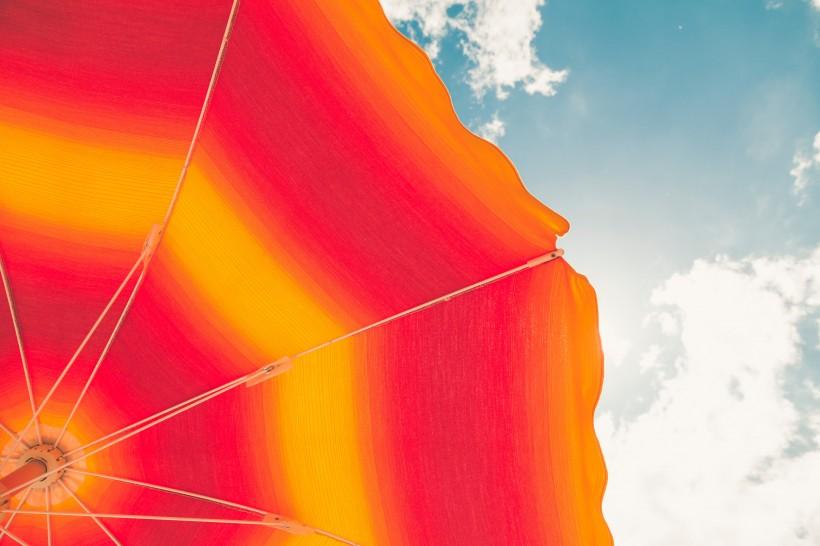 点击大图看下一张:色彩鲜艳的雨伞图片
