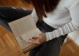 看书的漂亮女孩图片_12张