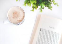 一邊看書一邊享受下午茶的圖片_9張