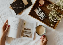 一边看书一边喝咖啡的女孩图片_12张
