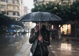 撐著雨傘的人圖片_10張