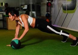 在健身房健身的美女图片_11张