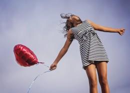 拿着气球的女孩图片_11张