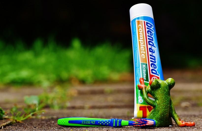 点击大图看下一张:各种各样的牙刷和牙膏图片