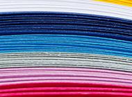 堆疊的彩色紙張背景圖片