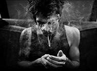 黑白非主流歐美男生抽煙個性圖片