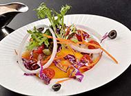 健康营养的酸奶水果蔬菜沙拉