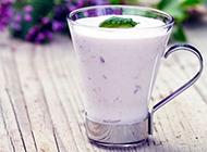 香甜营养的自制水果奶昔图片