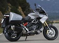 在道路上飞驰的摩托车高清桌面壁纸