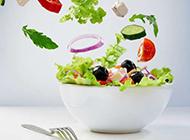 飞入碗里的蔬菜创意图片