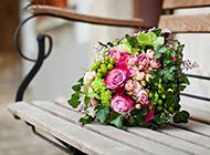 椅子上的鲜花花束背景图片素材