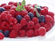 野生有刺的紅樹莓圖片
