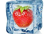 冰块里的红色草莓图片
