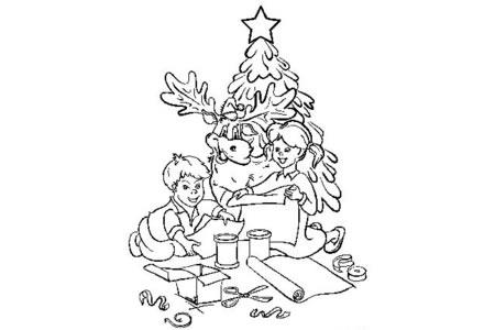 小朋友们装饰圣诞树