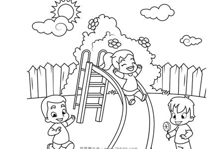 小朋友们一起玩滑滑梯