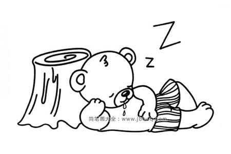 在树桩边睡着的小熊