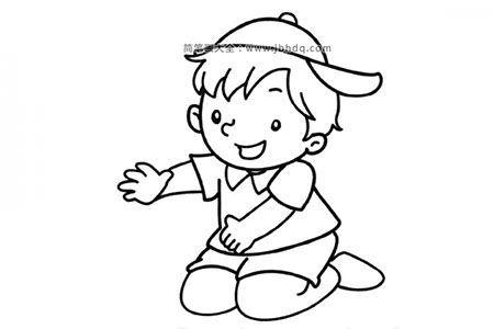 跪在地上玩耍的小男孩