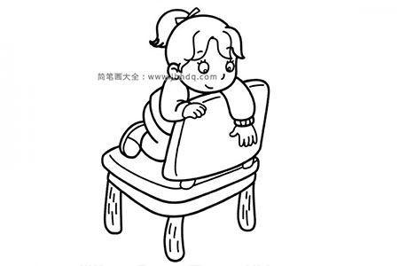 跪在椅子上的小女孩