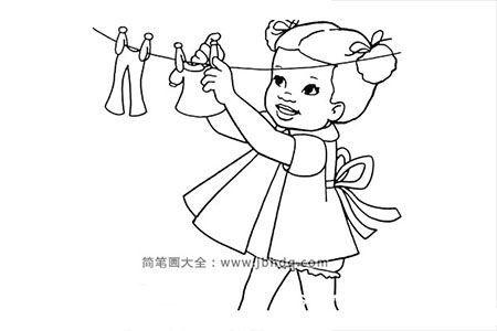 晾衣服的小女孩