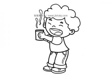 端着一杯热水的小男孩