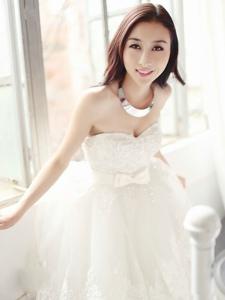 洋溢幸福笑容的新娘