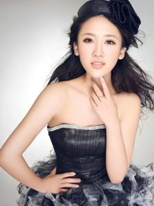 裹胸短裙美女田子琳写真