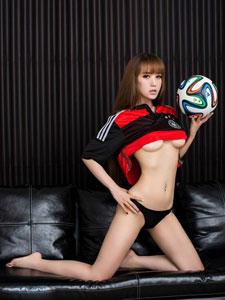 性感足球宝贝的迷人美胸