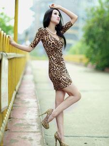 性感豹纹女紧身短裙白皙美腿