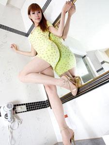 肉丝袜美女Abby短裙美腿迷人写真