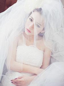 甜美治愈系美女純白婚紗寫真