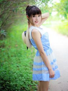 漫步在盛夏田野的可愛姑娘
