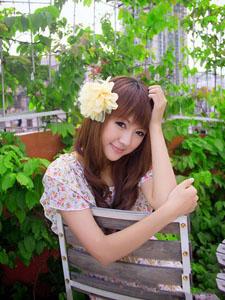 清純美女在花中綻放