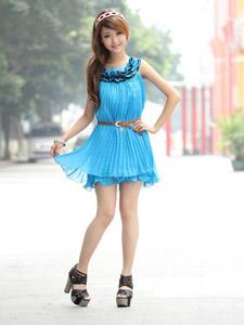 清新快乐女孩的蓝色连衣裙