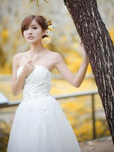 白色婚纱Vika迷人甜美写真