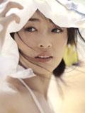 靓丽美女白色连衣裙如花般鲜艳
