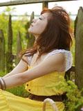 黃色連衣裙美女夢幻花海圖片