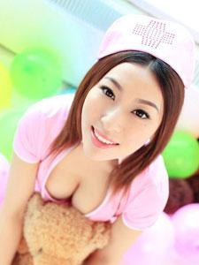 sexy粉色护士装与布娃娃