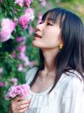 清纯气质美眉鲜花沦为衬托