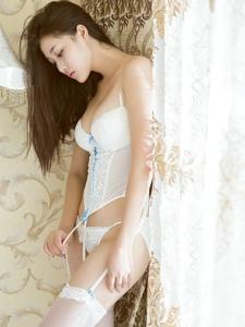 白色蕾丝丝袜的丰满妹子小私房