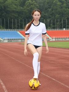 校园运动会上的足球美少女