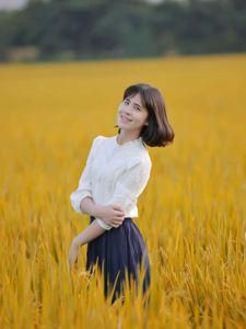秋日稻田里的文艺姑娘