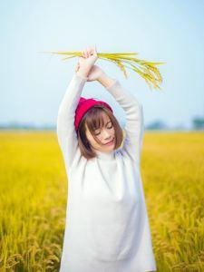深秋稻田里的小清新女孩