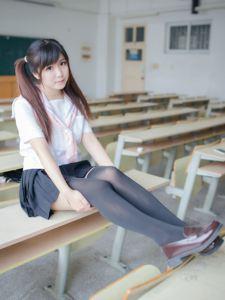 教室里静静的享受音乐的少女