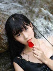 黑衣少女水里清凉写真