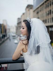异国洋娃娃少女婚纱街头写真
