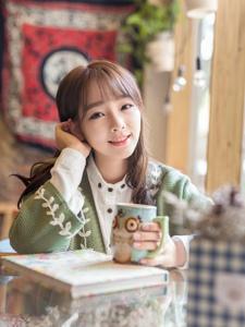 绿色清新毛衣少女笑容温暖冬天