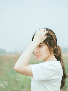 森女系少女独自仰望天空思考