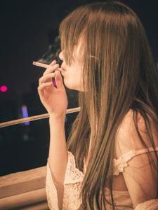 寂寞熟女抽烟解愁